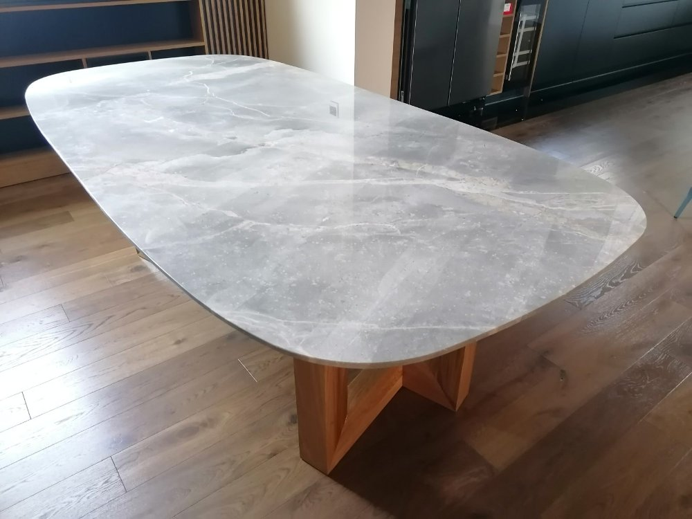 stolovi sa mermernom plocom